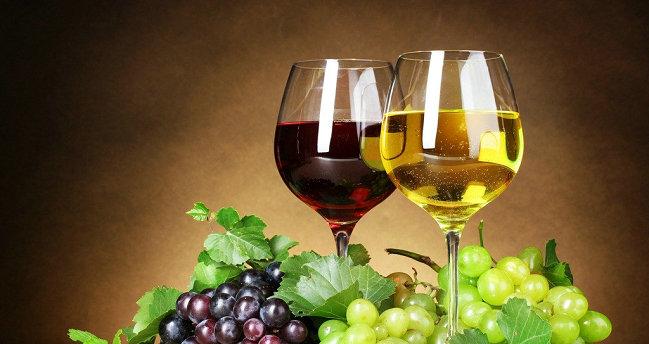 现在是葡萄上市的季节,我今天去市场买了12斤葡萄回来,准备做葡萄酒。  1,把葡萄从贴近果蒂的地方剪下来,注意不要伤到果皮。剪刀贴近果蒂处把葡萄一个个地剪下来,可以留一点果蒂,以免伤了果皮;不要用手去揪葡萄,揪下葡萄就可能伤到了果皮;凡是伤了果皮的葡萄放到一边去,留着吃,不用它做葡萄酒。 2,剪好的葡萄冲洗干净后用淡盐水浸泡十分钟左右,这是为了去掉葡萄皮上的农药和其他有害物质(前面说到葡萄伤了皮的不要用来酿制葡萄酒,就是害怕浸泡时盐水浸到果肉里面去了,影响葡萄酒的质量)。然后再用清水冲洗一遍,再把水沥干。